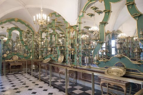 Thieves steal 'priceless' jewel sets from Dresden museum