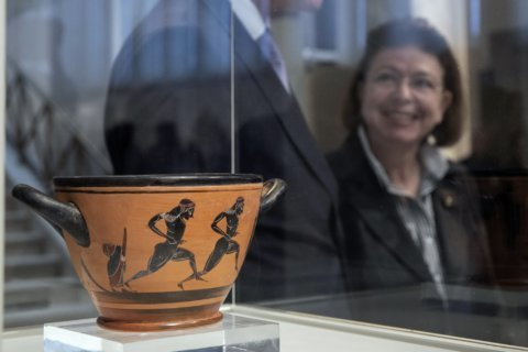 Ancient cup given to 1st marathon victor returned to Greece