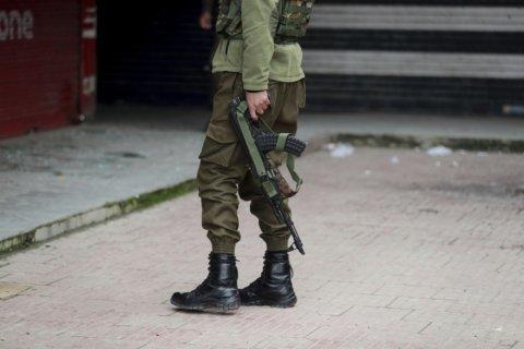 Grenade tossed at Kashmir officials kills 2, injures 4