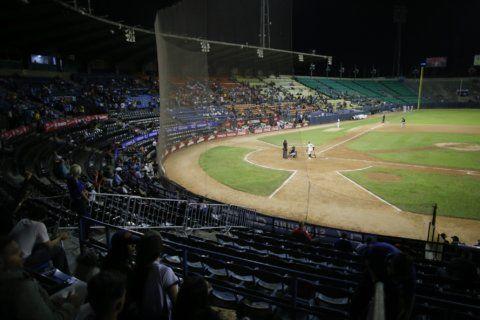 Crisis throws curve ball at opening of Venezuelan baseball