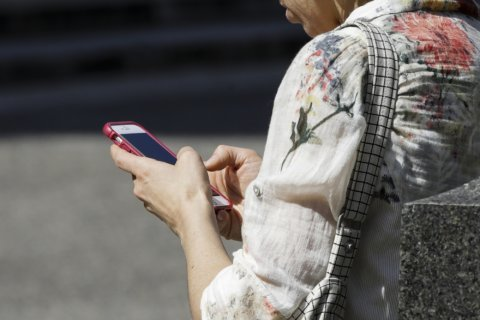 Phone-in-cheek: Spike seen in cellphone-linked face injuries