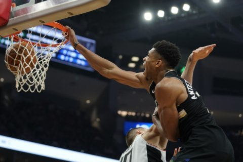 Giannis scores 27 on 25th birthday, Bucks rout Clips 119-91