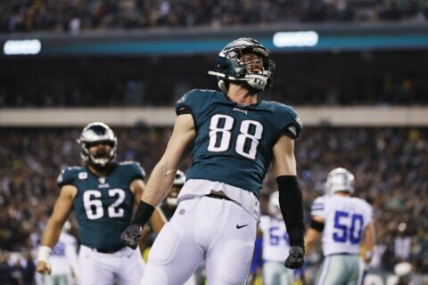 Streaking Eagles go for 4th straight win, NFC East title