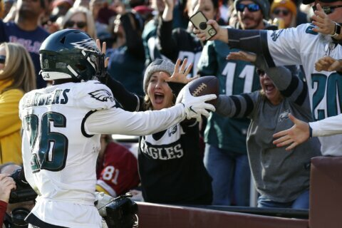 Wentz, Eagles keep NFC East hopes alive by beating Redskins