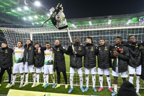 Surprise German league leader Gladbach fired up for Bayern