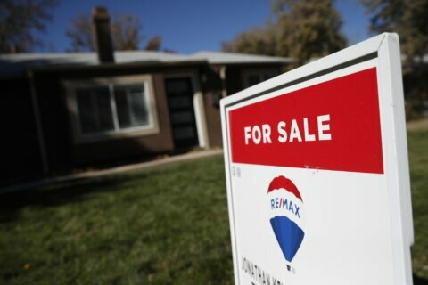 Long-term mortgage rates remain at historically low levels