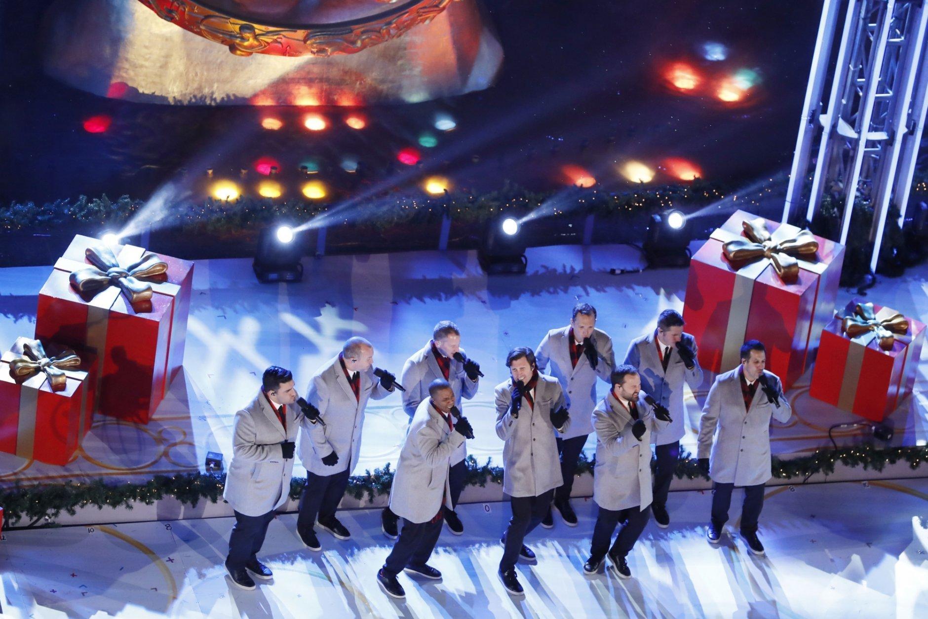 'Tis the season: Rockefeller Center Christmas tree lights up | WTOP