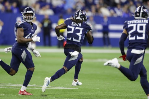 Blocked field goal helps Titans topple Colts 31-17