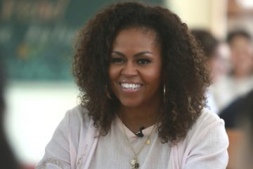 Michelle Obama helps give out iPads, $100K to Southeast DC school