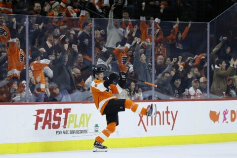 Hayes' short-handed goal helps Flyers beat Capitals 3-2