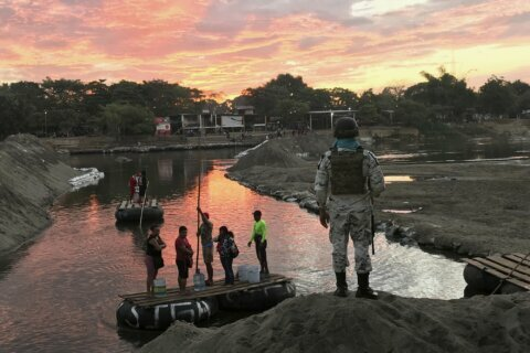 Mexico blocks hundreds of migrants from crossing border span