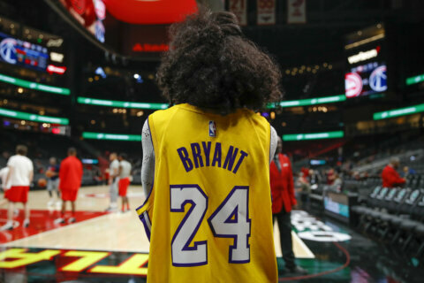 Wizards, Hawks honor basketball legend Kobe Bryant before game