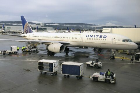 United Airlines boosts profit on more revenue, cheaper fuel