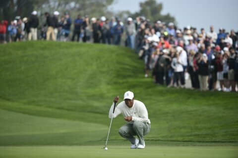 Woods recovers from 4-putt on No. 1 to shoot 71 in Farmers