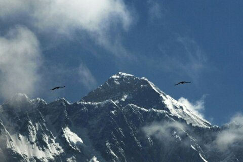 5 climbers attempt to scale Everest during harsh winter