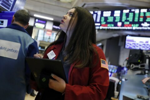 US stocks brush off latest loss, return to record heights