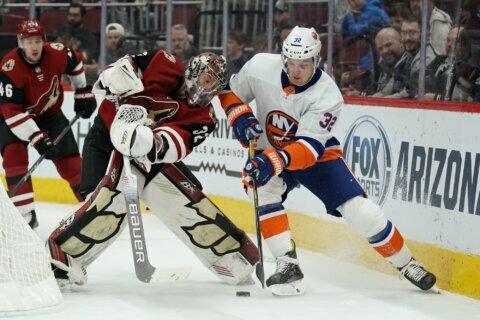 Raanta stops 25 shots in Coyotes' 2-1 win over Islanders
