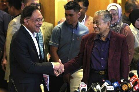 Mahathir offers resignation in Malaysian political upheaval