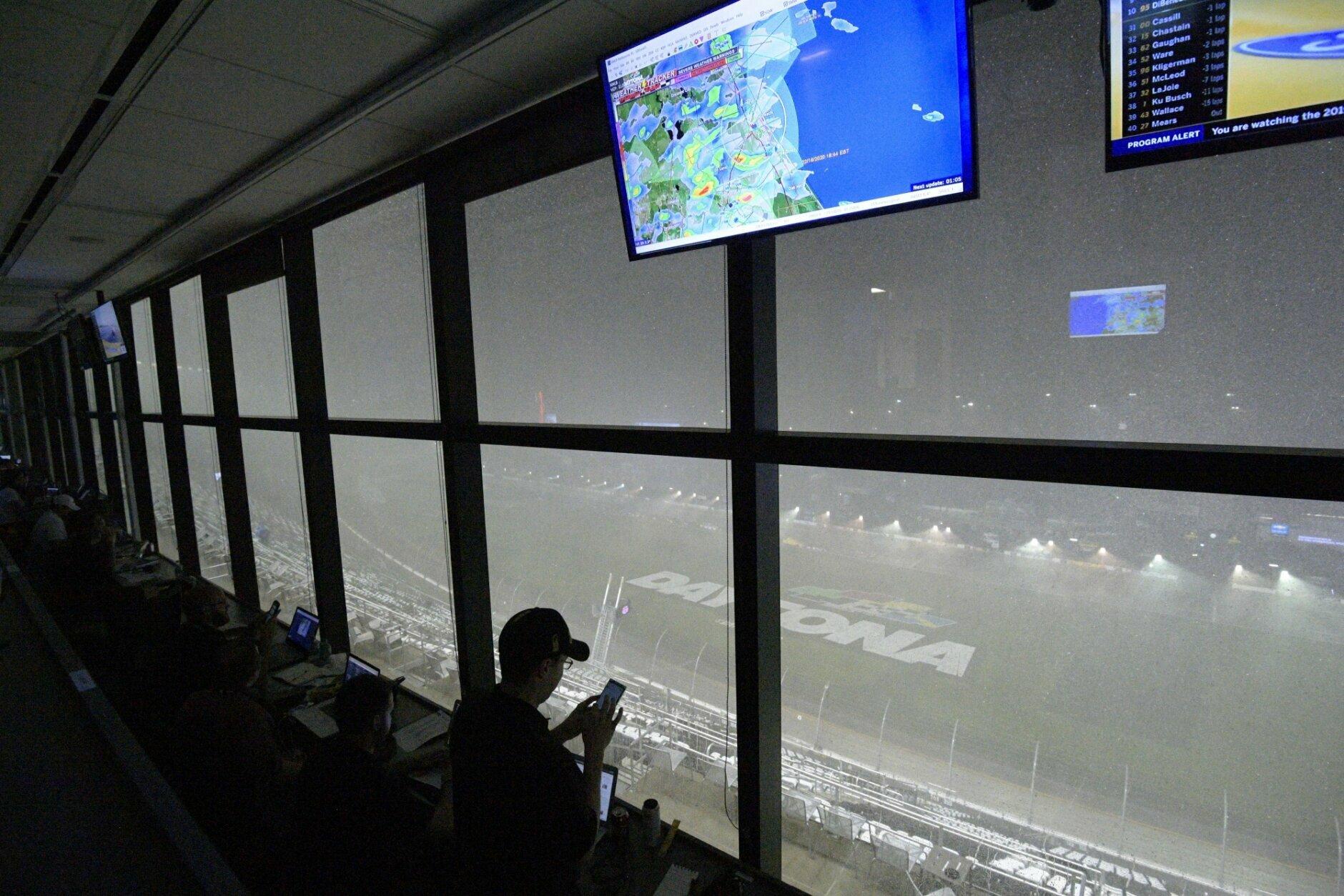 La lluvia llevó a que la NASCAR pospusiera para el lunes las 500 millas de Daytona que tuvo que ser suspendida en dos ocasiones el domingo 16 de febrero del 2020.. (AP Photo/Phelan M. Ebenhack)