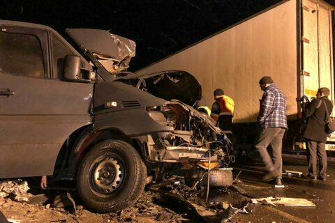 8 killed in minibus crash in central Russia