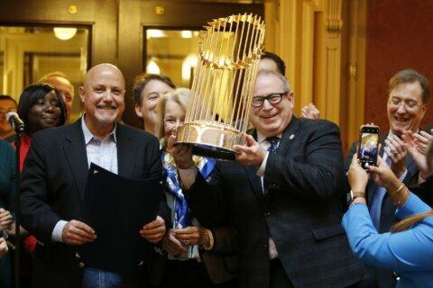 Manfred apologizes for calling WS trophy a 'piece of metal'