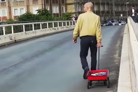 Artist pulling wagon fakes out Google Maps, creates traffic jams on empty streets