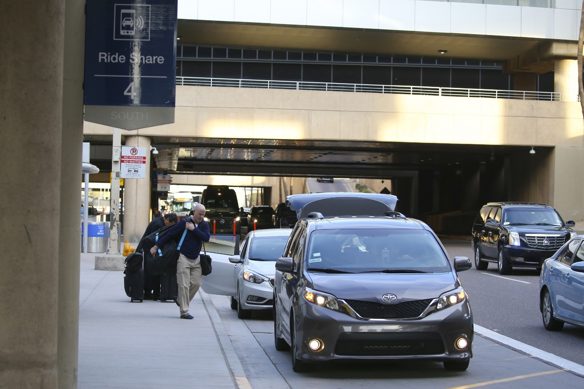 Arizona Justices Uphold Phoenix Airport S Uber Lyft Fees Wtop