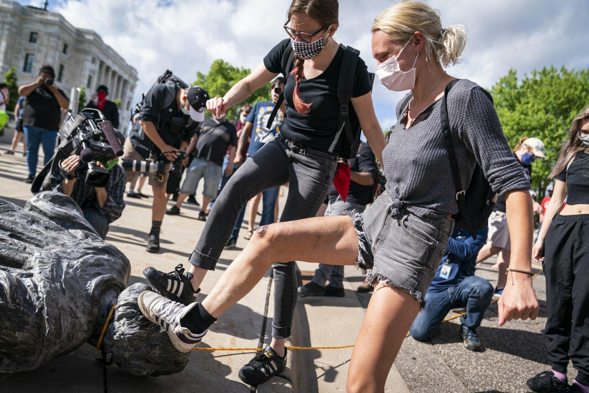 Protesters Topple Jefferson Davis Statue In Virginia Capital Wtop