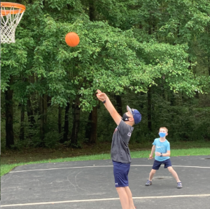"""basketball """"width ="""" 300 """"height ="""" 298 """"srcset ="""" https://wtop.com/wp-content/uploads/2020/08/Koris-kids-basketball-with-masks-300x298.png 300w, https: //wtop.com/wp-content/uploads/2020/08/Koris-kids-basketball-with-masks-150x150.png 150w, https://wtop.com/wp-content/uploads/2020/08/Koris -kids-basketball-avec-masques-768x764.png 768w, https://wtop.com/wp-content/uploads/2020/08/Koris-kids-basketball-with-masks-1024x1018.png 1024w, https: / /wtop.com/wp-content/uploads/2020/08/Koris-kids-basketball-with-masks-488x485.png 488w, https://wtop.com/wp-content/uploads/2020/08/Koris- kids-basketball-with-masks.png 1094w """"tailles ="""" (largeur maximale: 300px) 100vw, 300px """"/>   <figcaption id="""