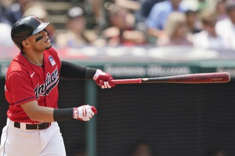 White flag: Indians trade 2B Hernandez to 1st-place Sox