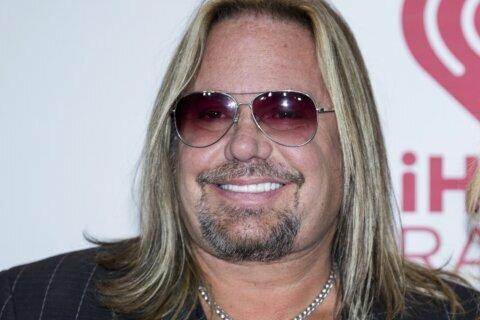 Mötley Crüe singer Vince Neil breaks ribs in fall off stage